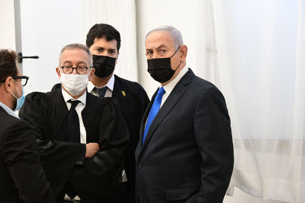 Israelin pääministeri Benjamin Netanyahu ja hänen lakimiehet oikeudessa.