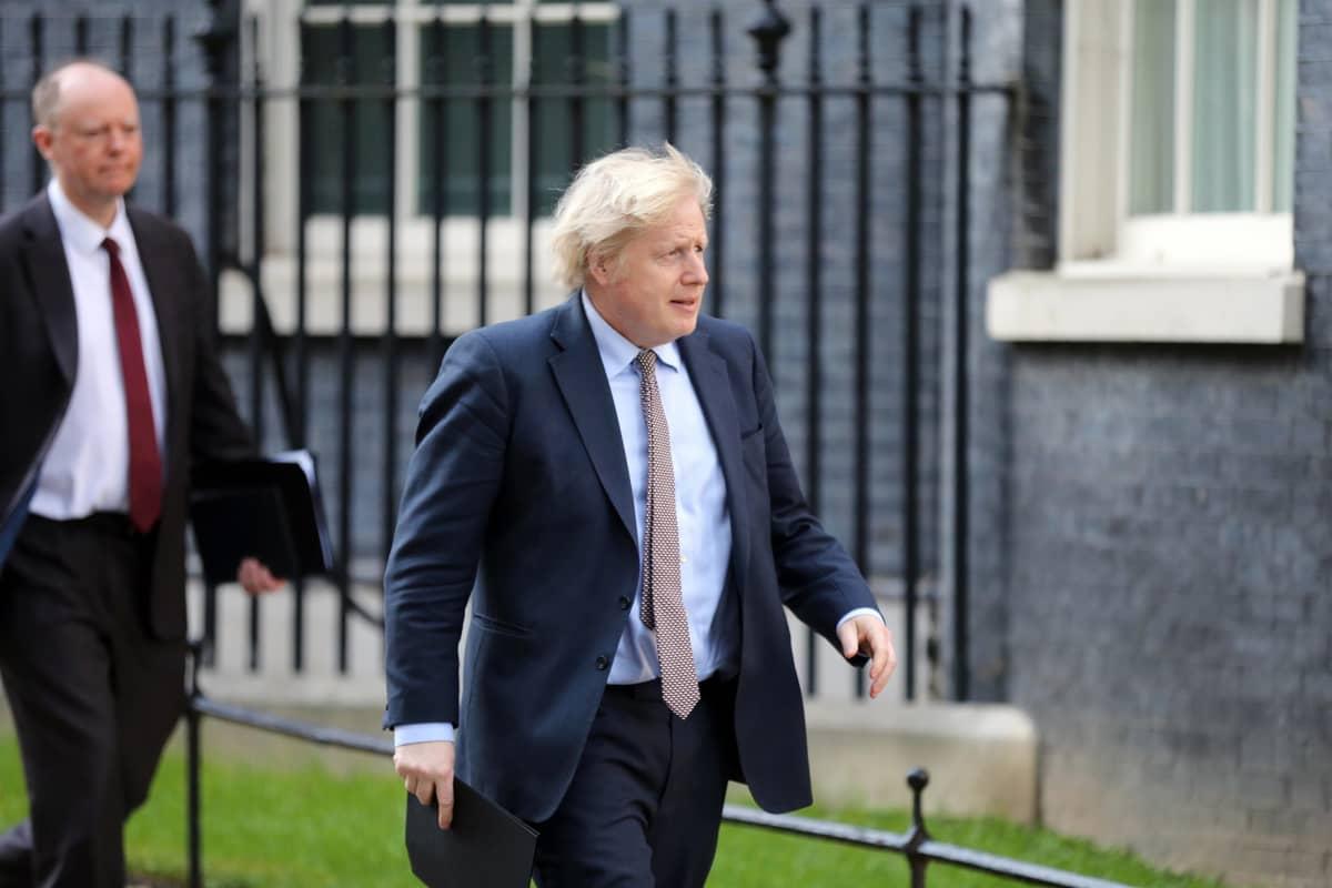 Boris Johnson kävelee kotinsa edessä 10 Downing Streetillä, Lontoossa.