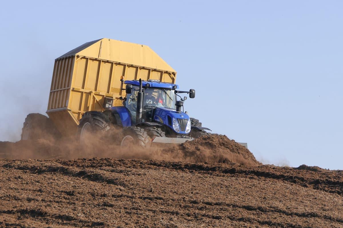 Traktori nostaa turvetta Seinäjoella.