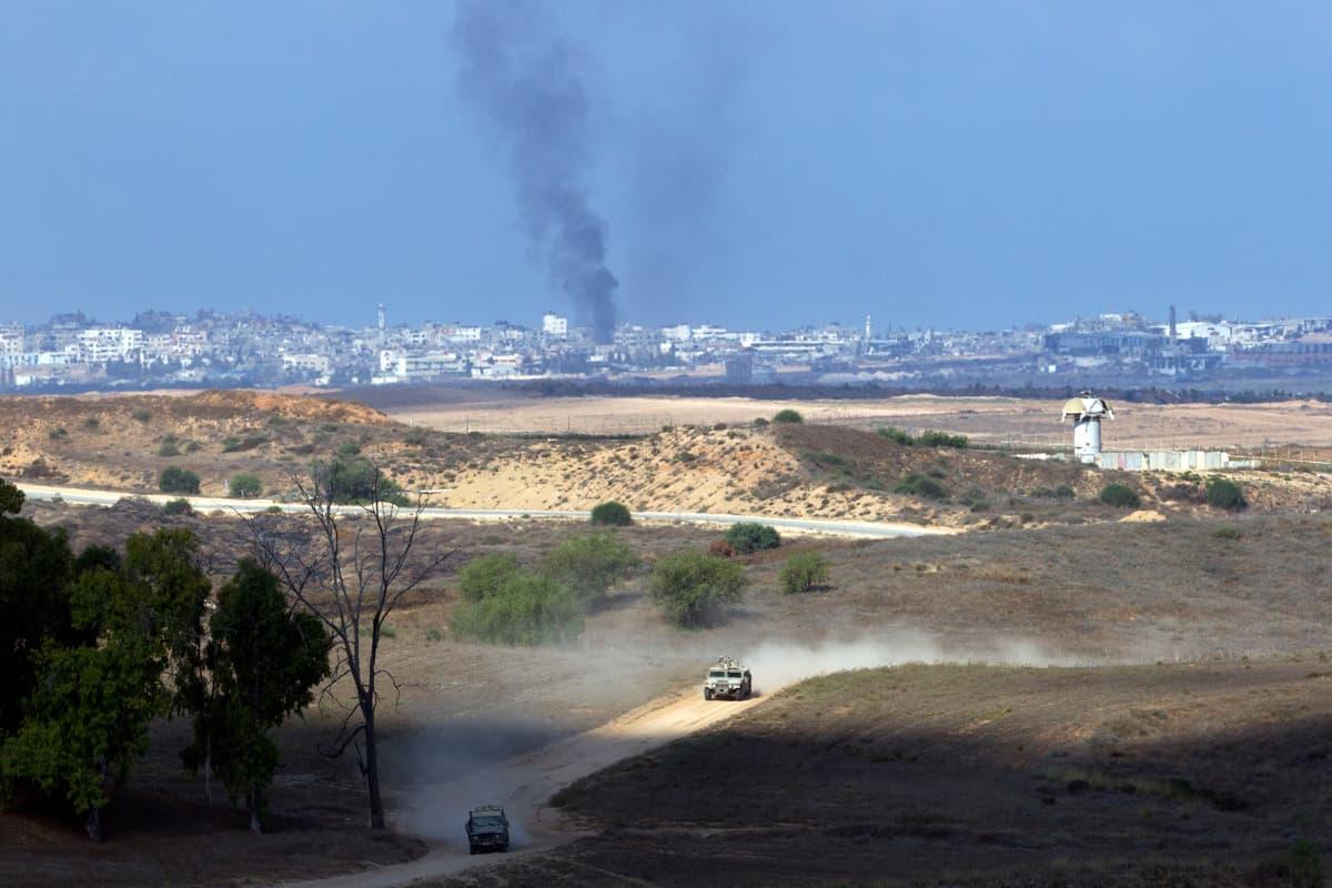 Israelin armeijan ajoneuvot siirtyvät lähemmäs Gazan kaistan rajaa elokuussa 2014.