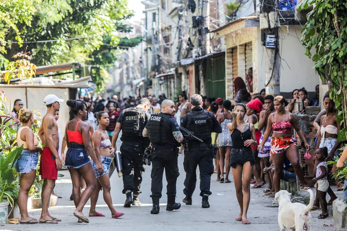 Poliiseja partioimassa Jacarezinho favelassa huumejengiä vastaan tehdyn operaation yhteydessä.