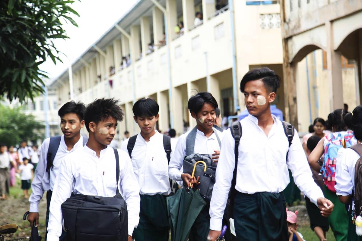 Koululaisia saapuu kouluun.