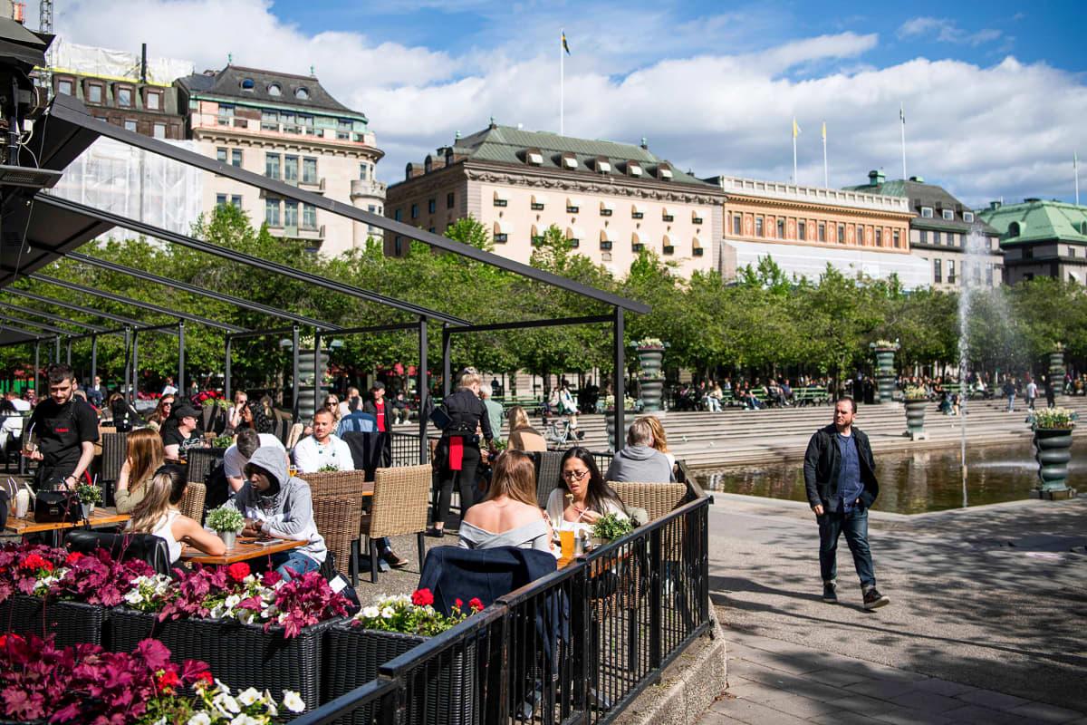 Ihmisiä ravintolan terassilla Tukholmassa.