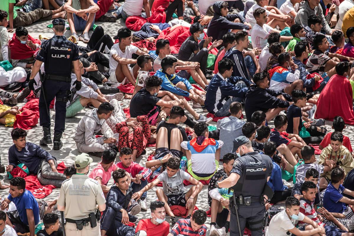Siirtolaisia odottamassa teollisuustontilla Ceutassa.