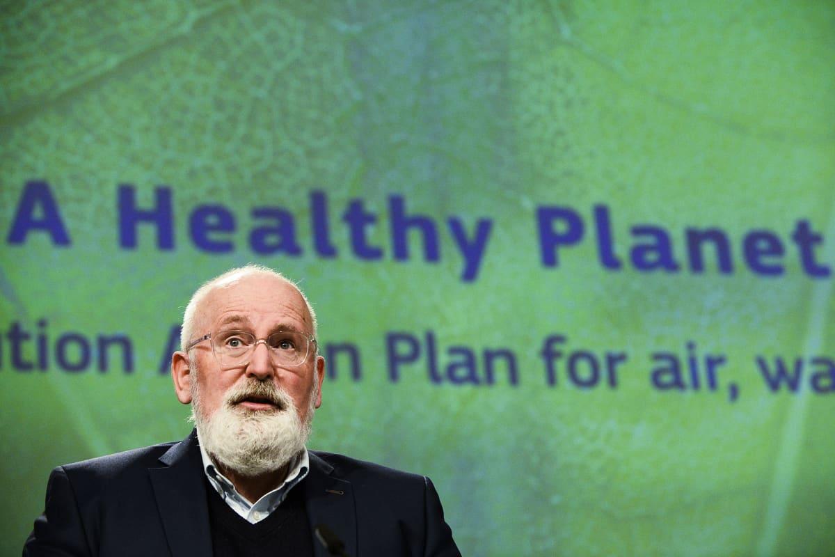 Frans Timmermans puhumassa mediatilaisuudessa Brysselissä.