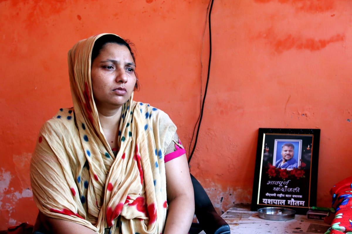 Kavita Gautam suree miestään ja rukoilee hänen muistokseen joka päivä.