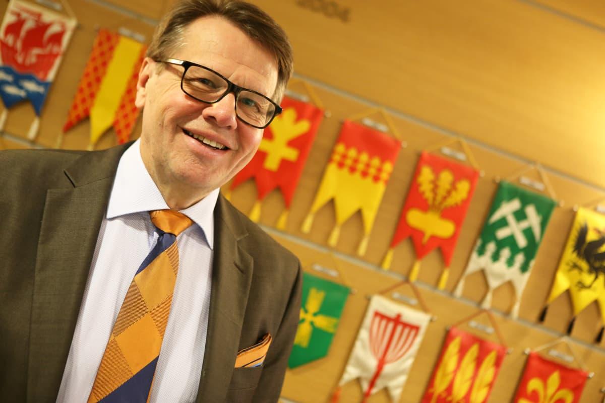 Varsinais-Suomen maakuntajohtaja Kari Häkämies hymyilee kameralle.