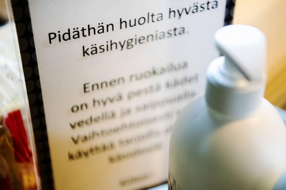 Kuvassa on käsihygienian tärkeyttä korostava kyltti.