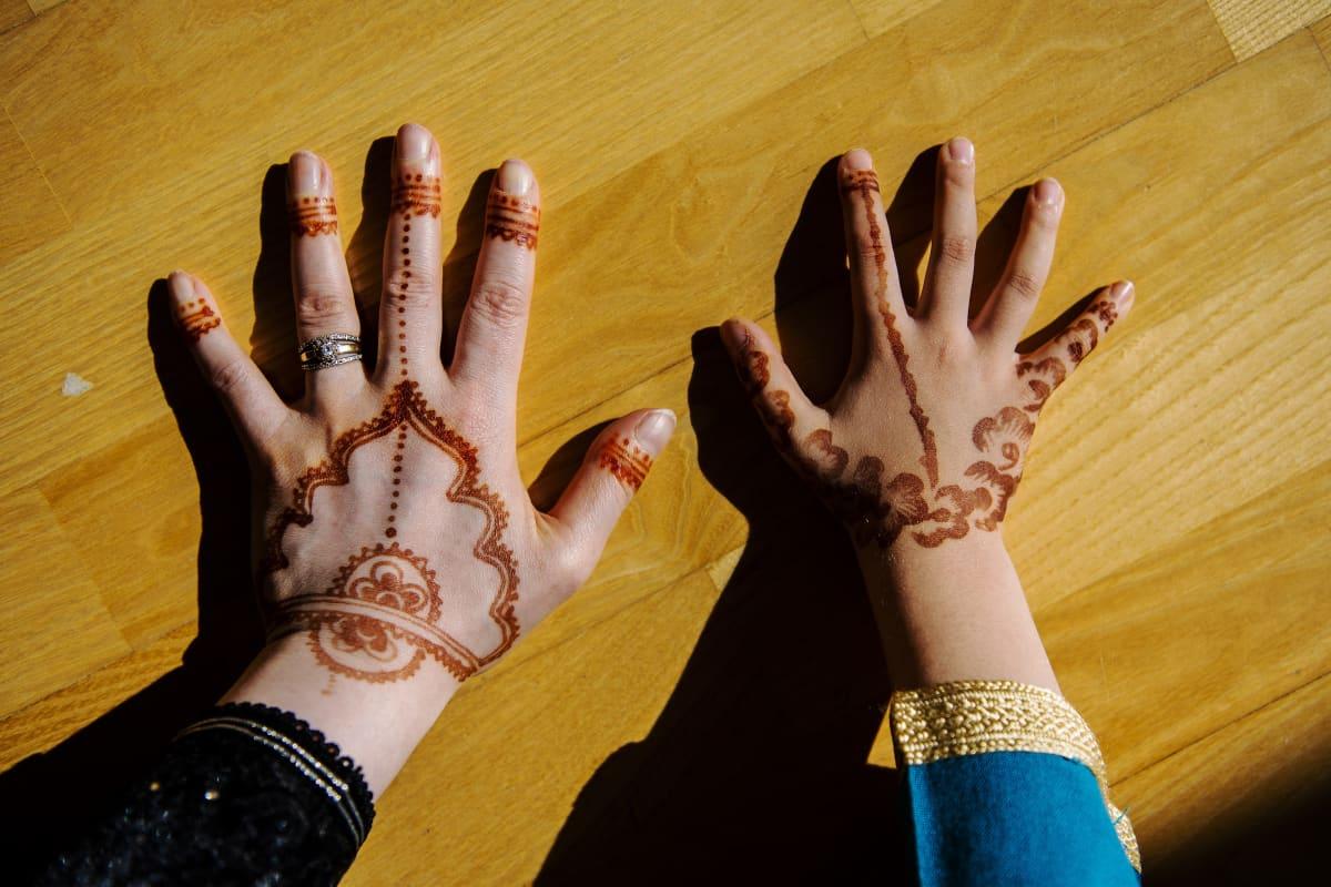 Kuvassa on Nadian ja Liliyanin hennalla koristellut kädet.