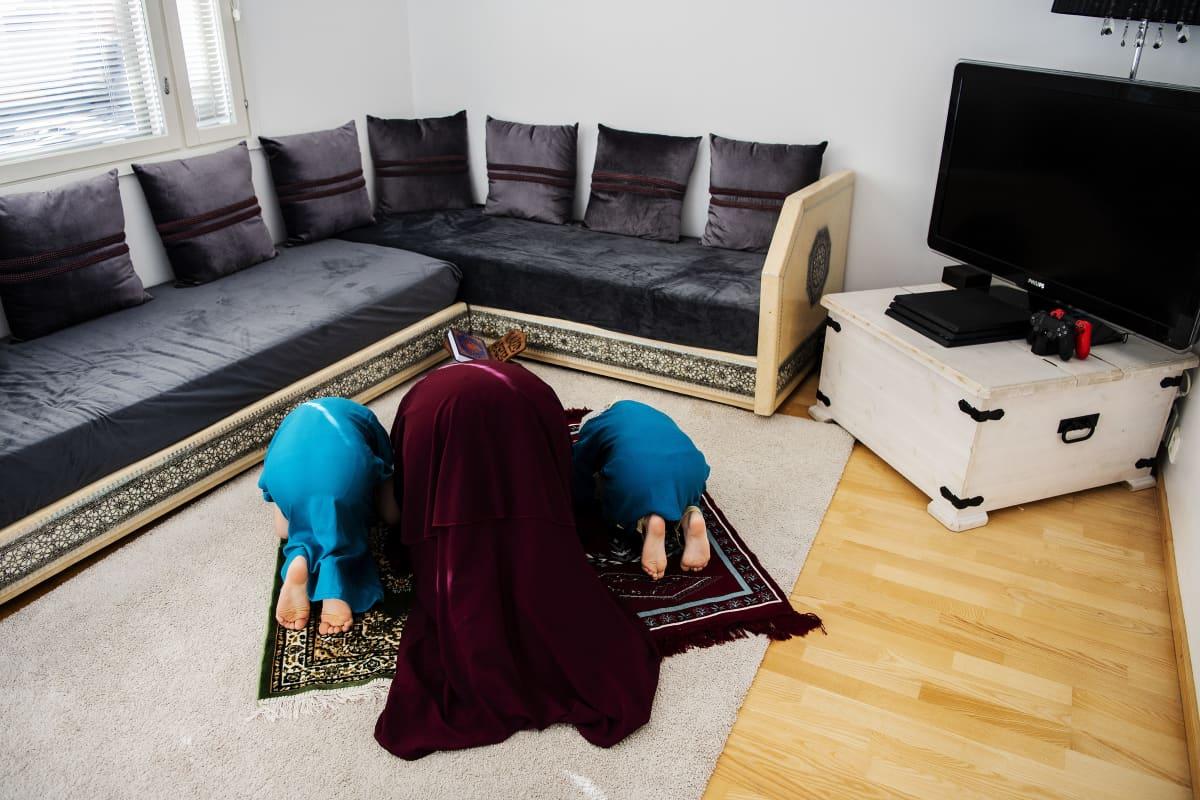 Iltapäivällä Nadia, Liliya ja Rayan rukoilevat perheen yläkerrassa asr-rukouksen. Se on päivän kolmas rukous, ja silloin, kuten aina, muslimit kääntävät kasvonsa kohti Mekkaa.