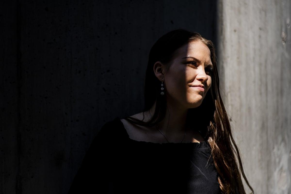 Rosanne Leichner haki opiskelemaan kauppakorkeakouluun, mutta ei päässyt sisään. Koronavirus muutti oppilaitosten sisäänottoperusteita. Leichner kuvattiin aurinkoisena perjantaina Vuosaaressa.