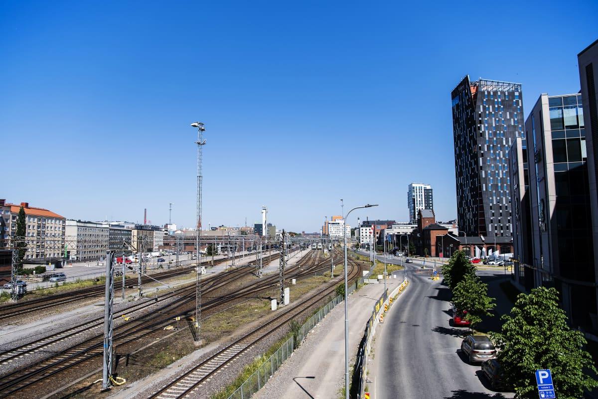 Kuvassa on Tampereen ratapiha kesäkuussa 2020. Etäällä näkyvät hotelli Torni ja Luminary-tornitalo.