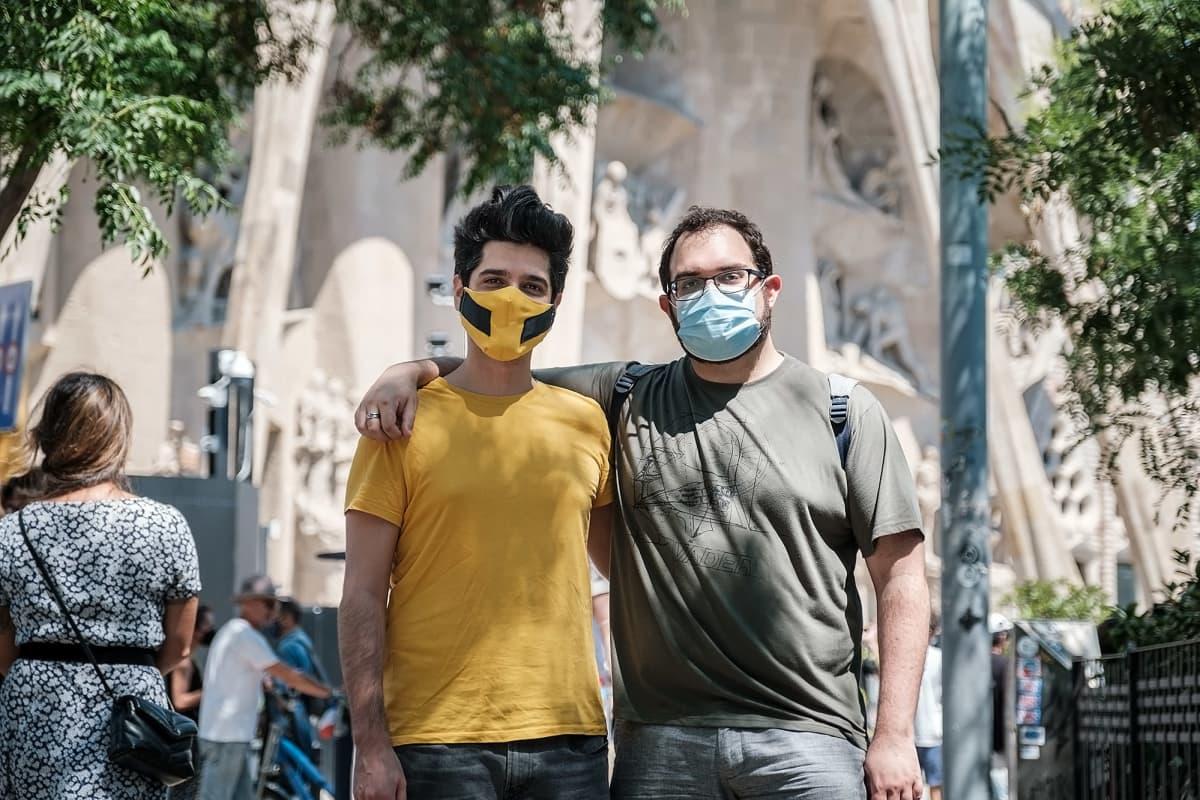 Marc Gonzales ja Alfonso Mestres seisovat Sagrada Familian edessä maskit kasvoillaan.