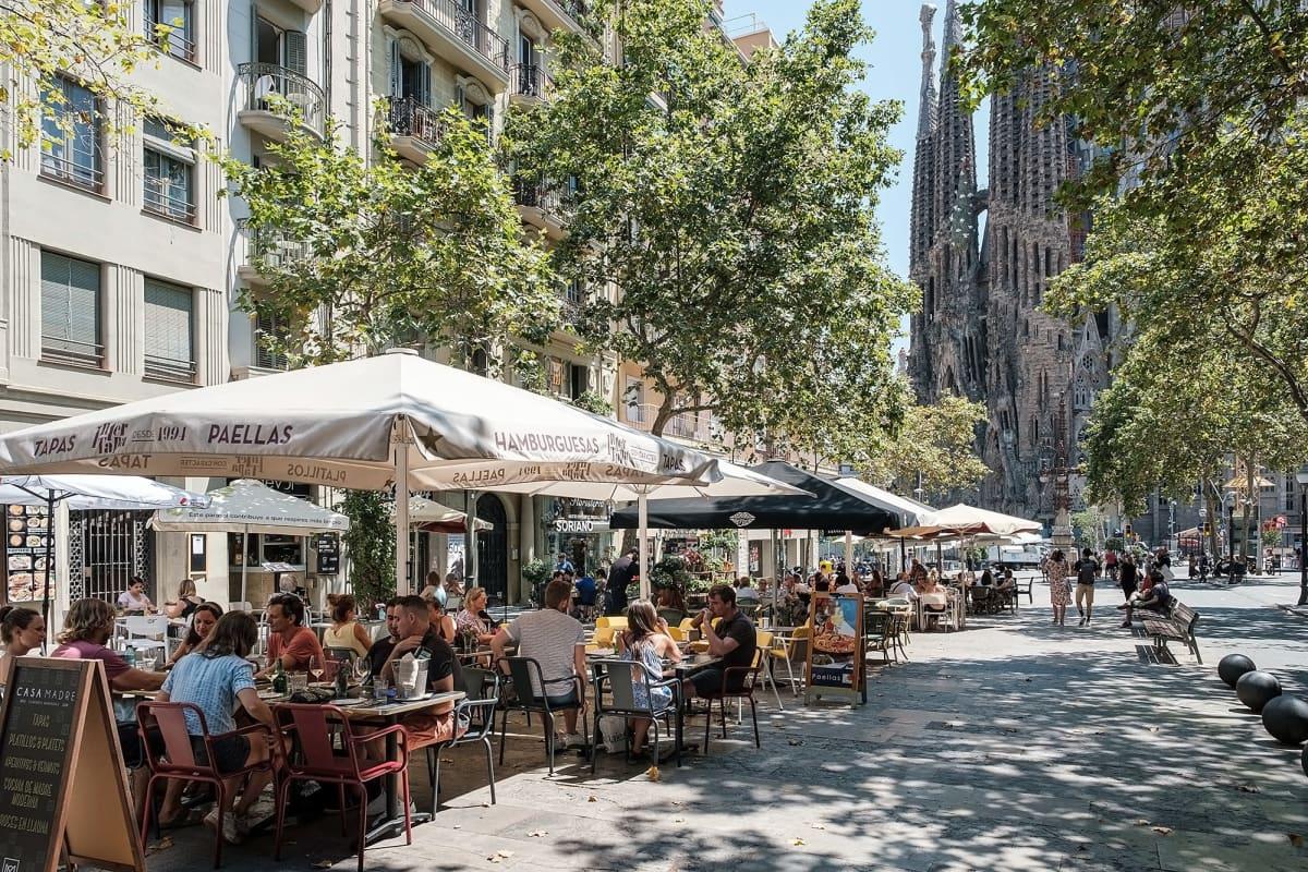 Ihmisiä Sagrada Familian edustalla sijaitsevissa ravintoloissa.