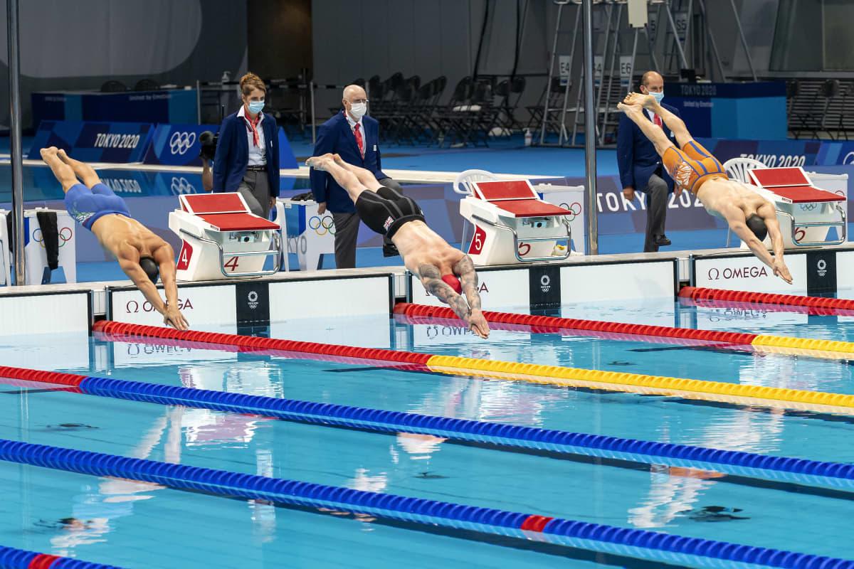 Uimarit sukeltavat Tokion olympia-altaaseen