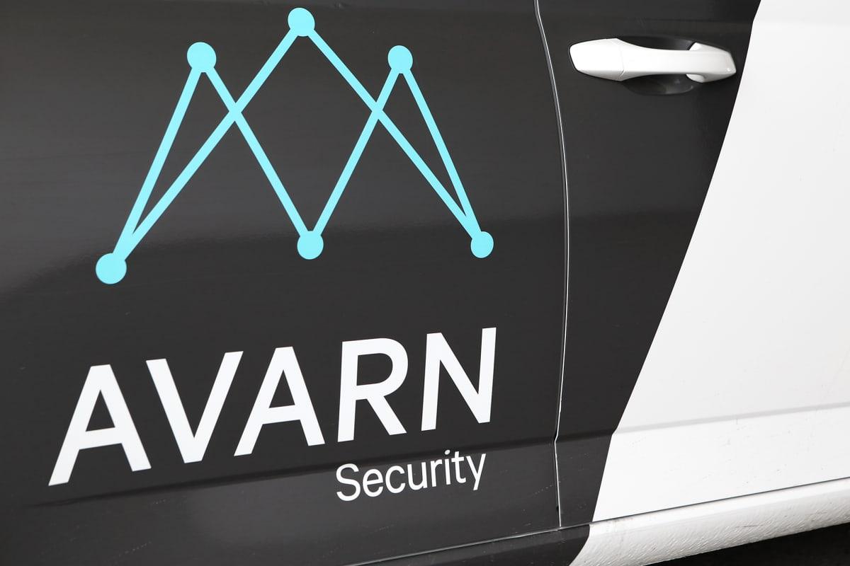 Avarn Securityn logo auton ovessa.