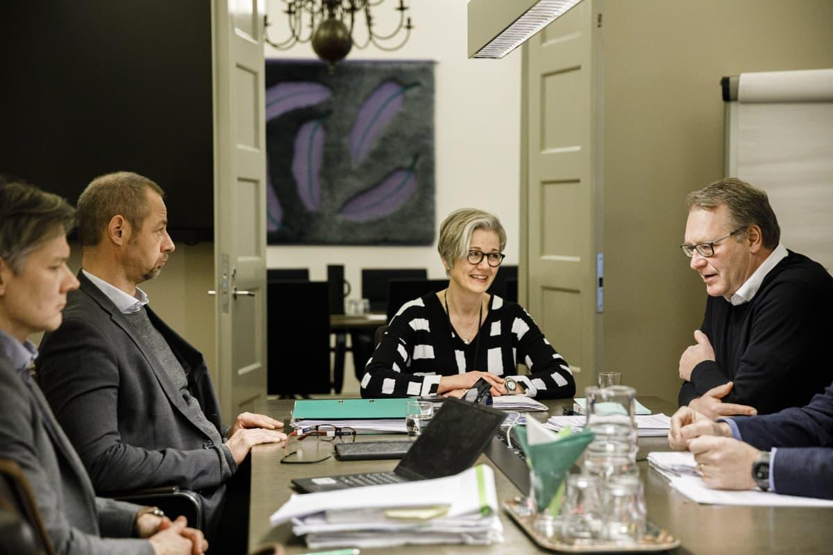 Paperiliiton puheenjohtaja Petri Vanhala (oik.) ja Metsäteollisuus ry:n työmarkkinajohtaja Jyrki Hollmen tapasivat jälleen valtakunnansovittelijan Vuokko Piekkalan johdolla valtakunnansovittelijan toimistolla Helsingissä 9. helmikuuta 2020.