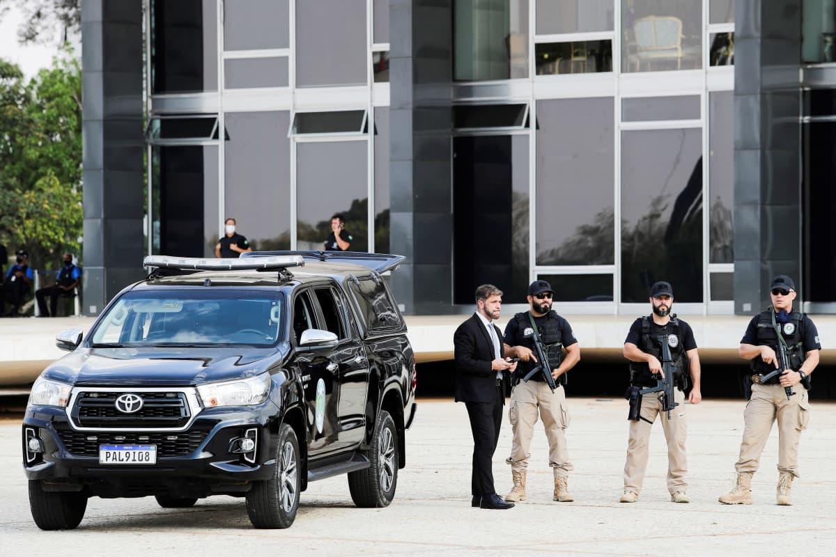 Turvallisuusjoukkoja partioimassa korkeimman oikeuden edustalla.