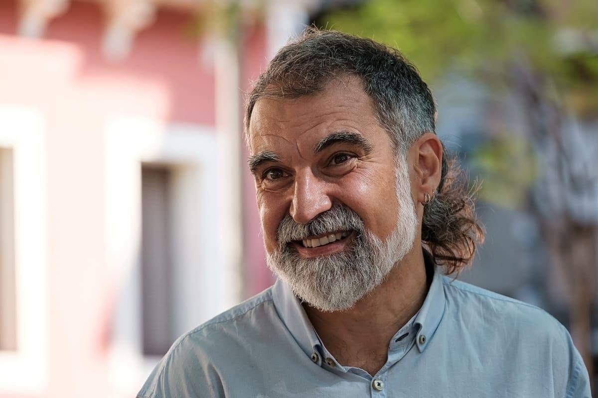 Kuvaa Barcelonan kaduilta. Mies lähikuvassa, hymyilee.