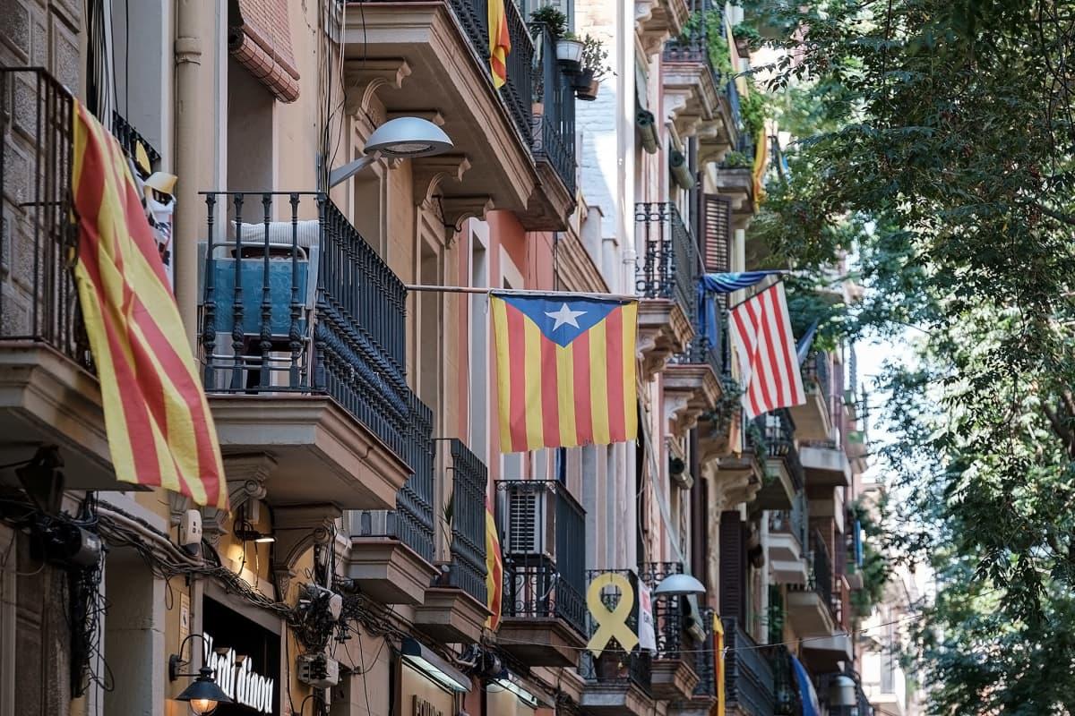 Kuvassa Barcelonan kadulla liehuu Katalonian liput.