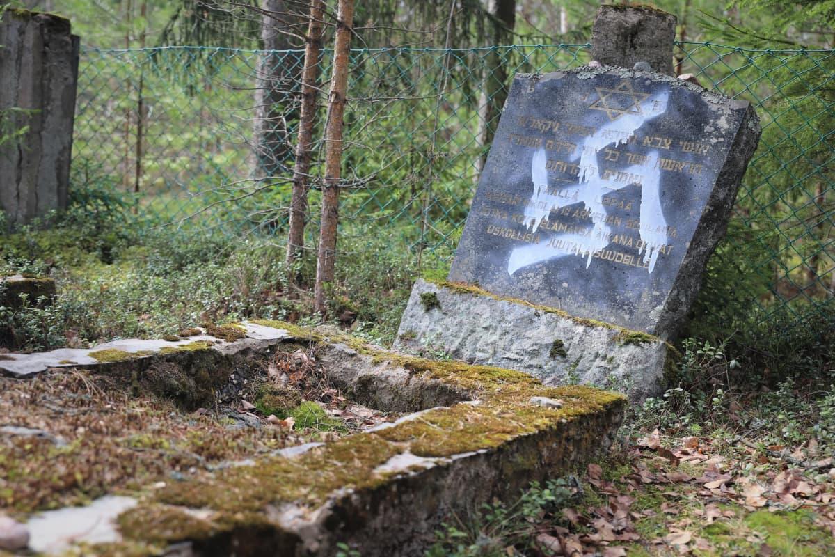 Töhritty hautakivi juutalaisten hautausmaalla Haminassa.