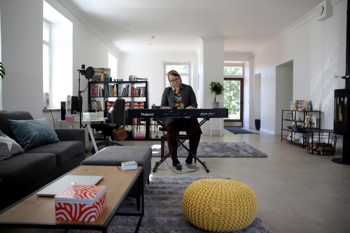 Muusikko Elina Tikkanen pitää erityisesti talonsa olohuoneesta.