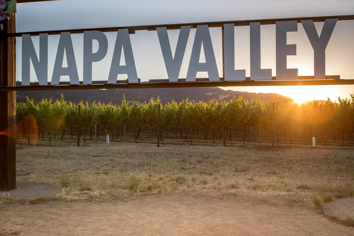 Napa Valley –kyltti auringonlaskussa.