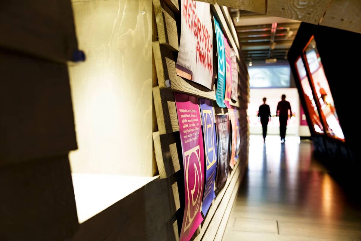 Helsexinki-näyttelyyn on rakennettu erään entisen helsinkiläisen miestenvessan ulkoseinä edustamaan menneiden polvien salaisia tapaamispaikkoja.
