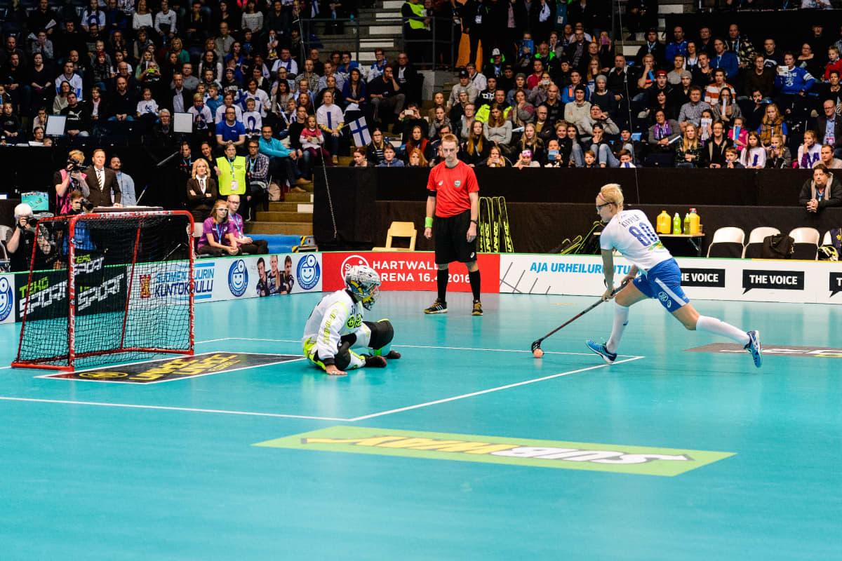 My Kippilän kuuluisa rangaistuslaukaus tuomittiin hylätyksi vuoden 2015 naisten MM-finaalissa Hakametsässä. Uusien sääntöjen myötä pallo saa mennä rankkarissa myös taaksepäin.
