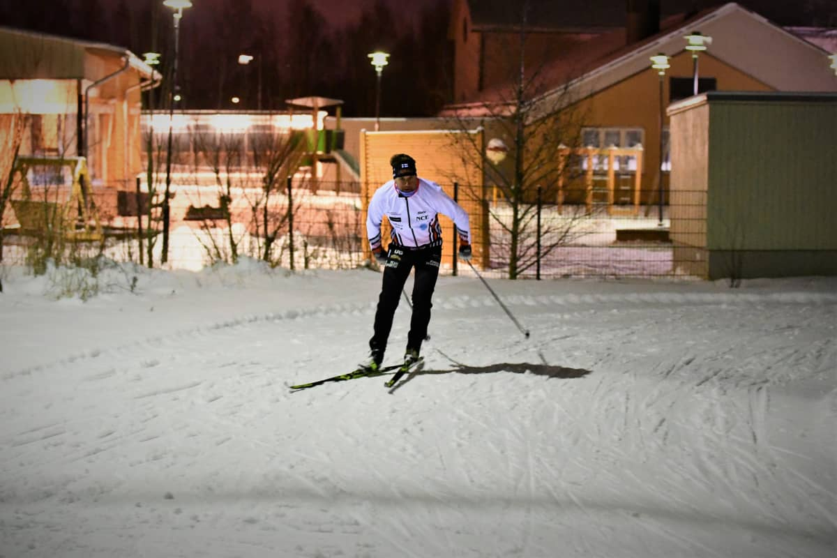 Hans Mäenpää i skidspåret i Jakobstad.