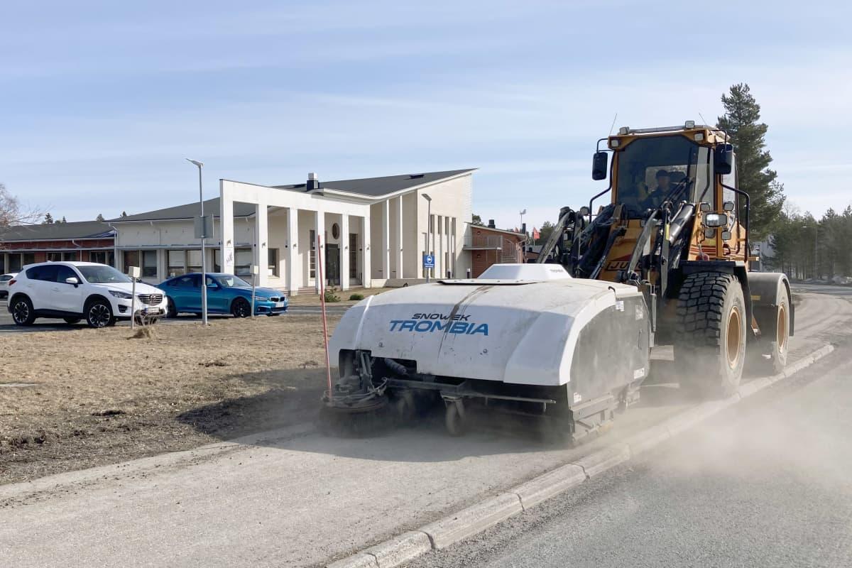 Kemin kaupungin katujen lakaisussa on otettu käyttöön uusi suomalaisvalmisteinen lakaisukone
