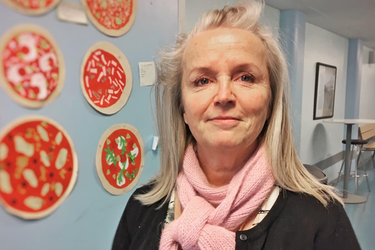 Käsityönopettaja Tiina Tiitinen seisoo koulun käytävällä