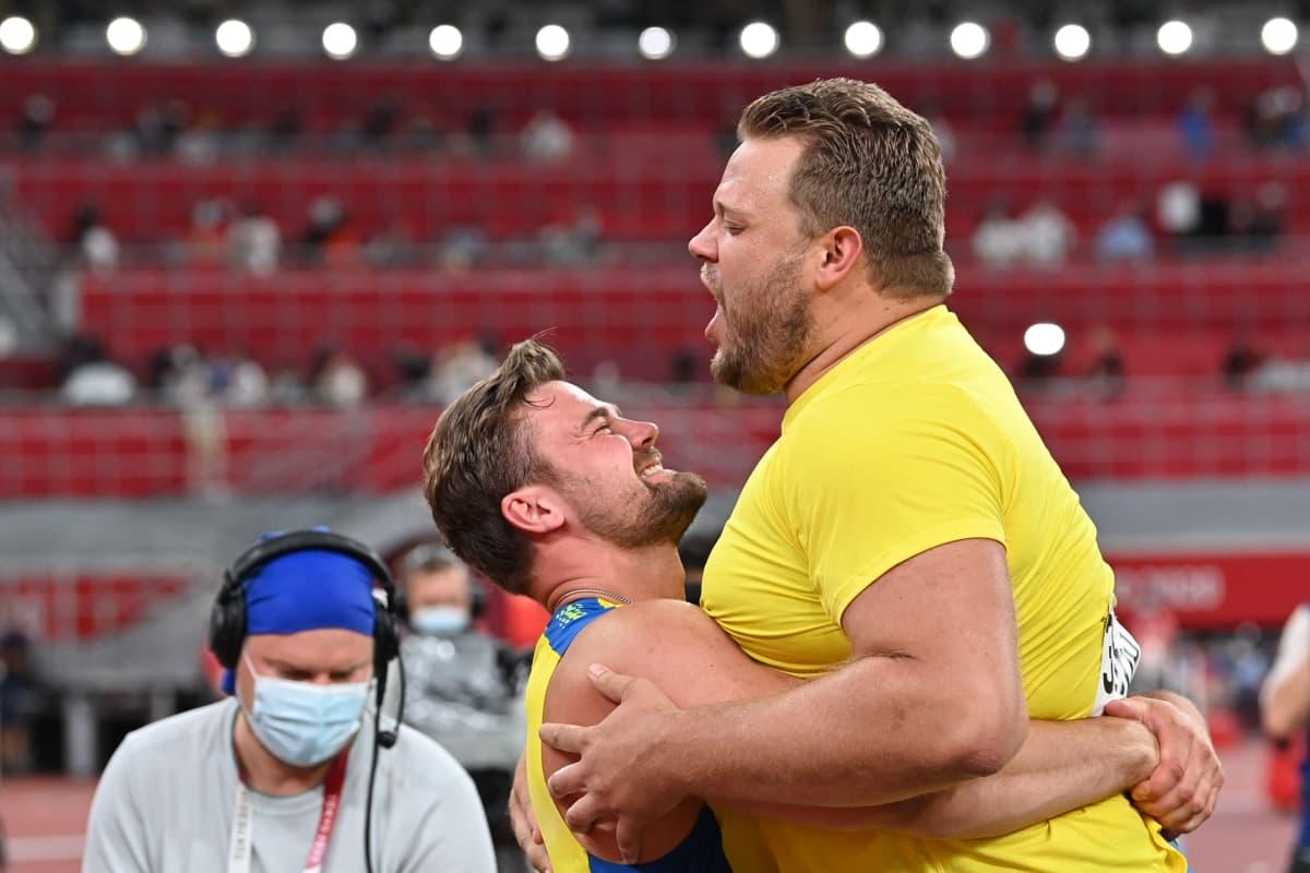 Pettersson och Ståhl kramar om varandra.