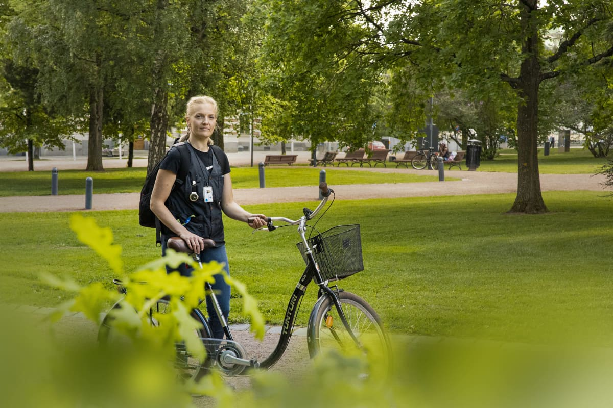 Lähihoitaja Emilia Vilokkinen pyöränsä kanssa.