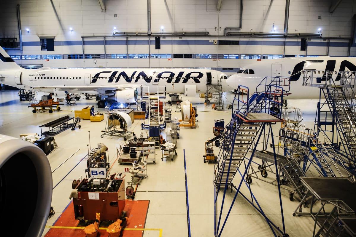 Finnairin hallilla huollettettiin lentokoneita lokakuun 2020 lopulla.