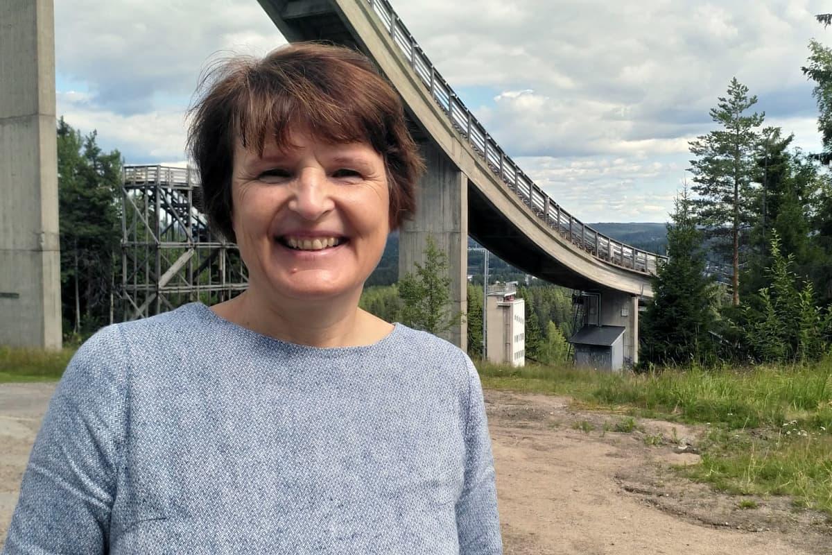 Jyväskylän kaupunginhallituksen puheenjohtaja Meri Lumela Matti Nykäsen mäen juurella.