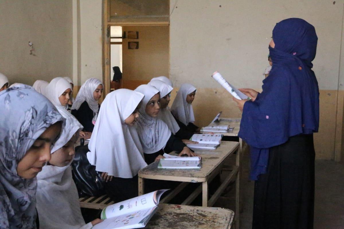 tyttöjä luokkahuoneessa Afganistanissa