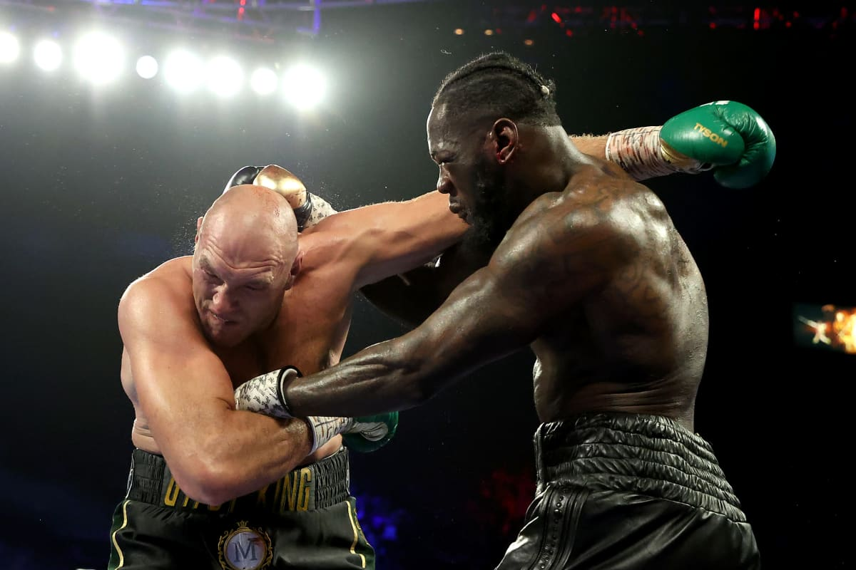 Tyson Fury (vas.) ja Deontay Wilder nyrkkeilemässä raskaansarjan MM-tittelistä.