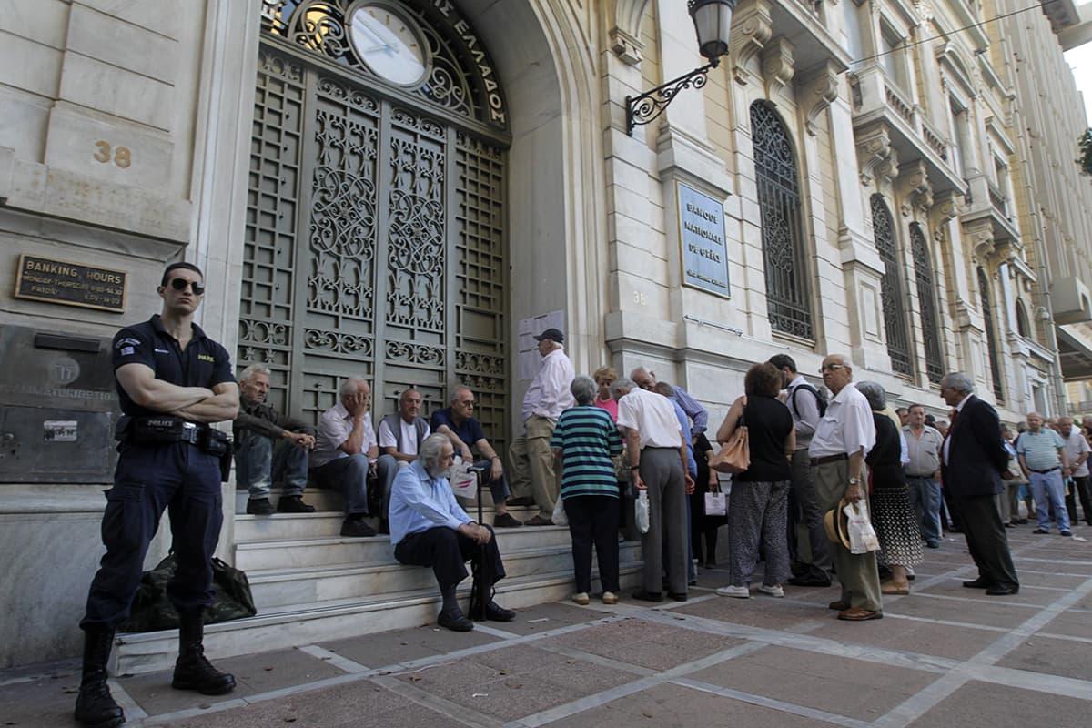 Kreikkalaiset eläkeläiset jonottavat Ateenassa pankkiin saadakseen eläkkeensä ulos. Kuva heinäkuulta 2015.