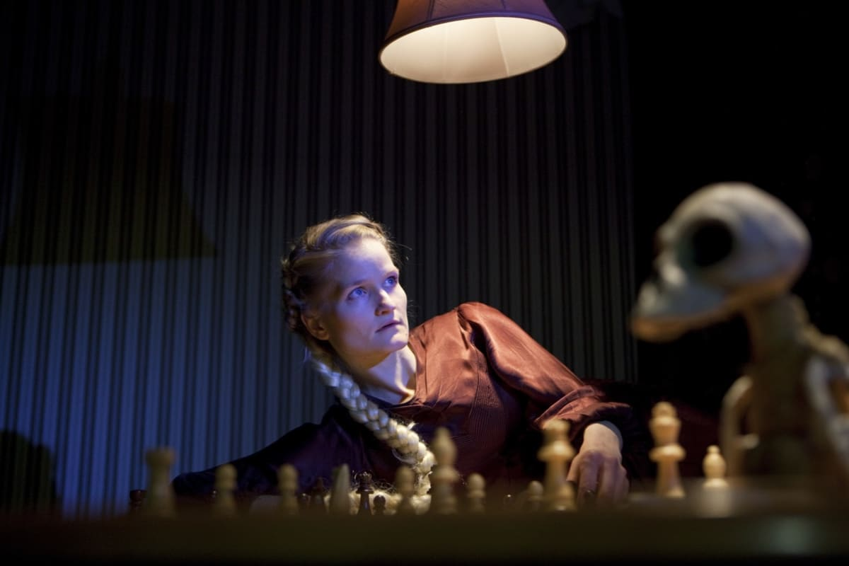 13. tunti -esityksessä voi törmätä Grimmin saduista tuttuihin hahmoihin kuten prinsessa Tähkäpäähän.