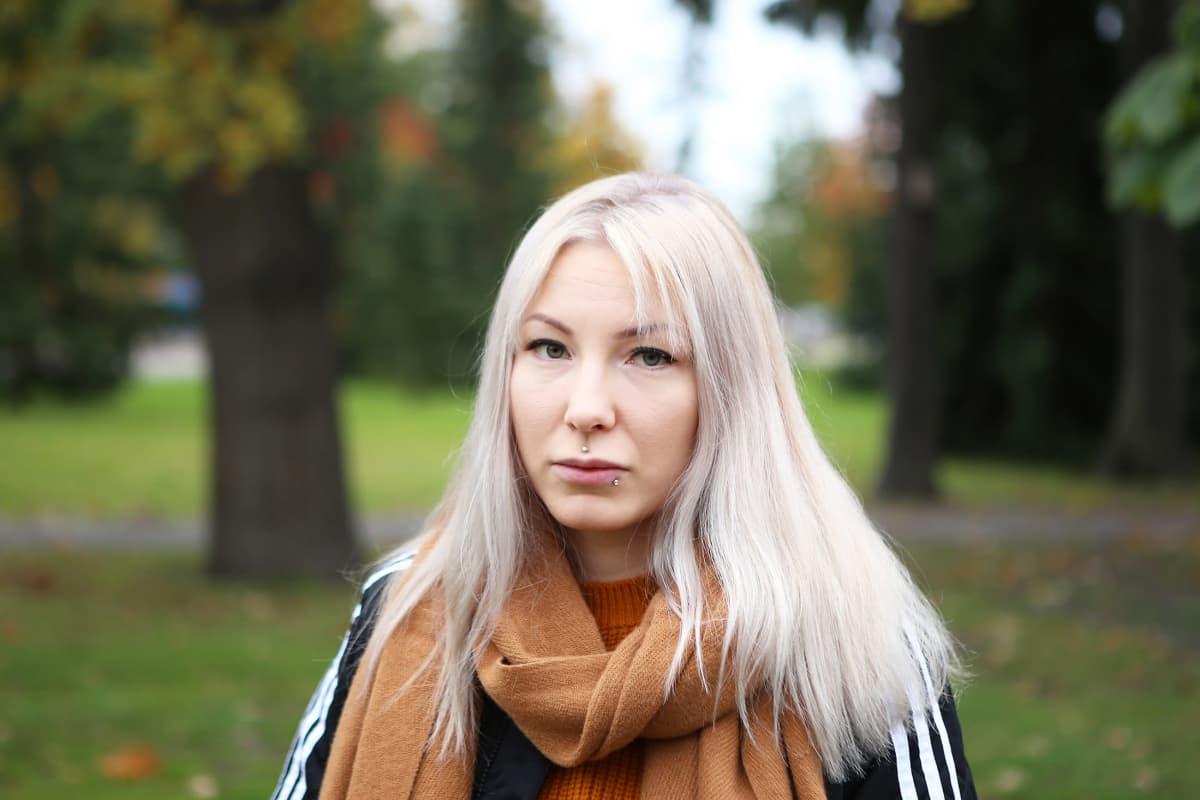 Salla-Maarit Karpio katsoo kameraan.
