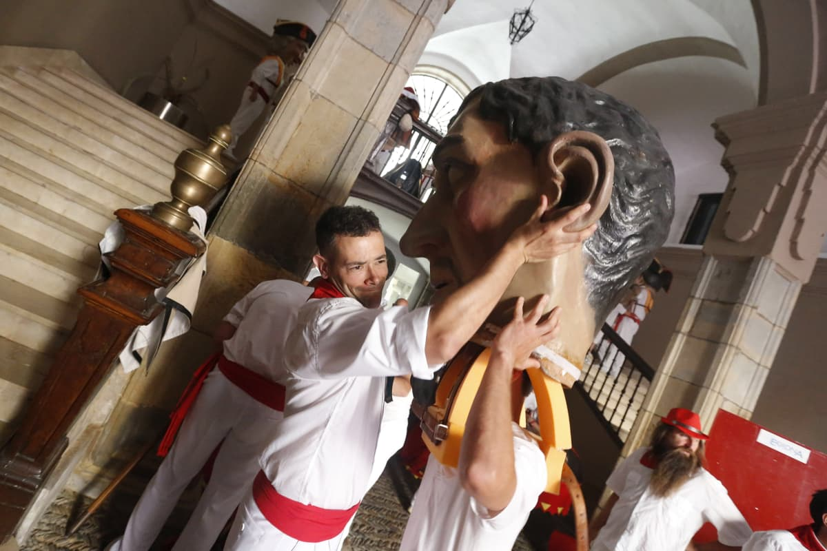 Miehet kantavat pyhimystä esittävää päätä.