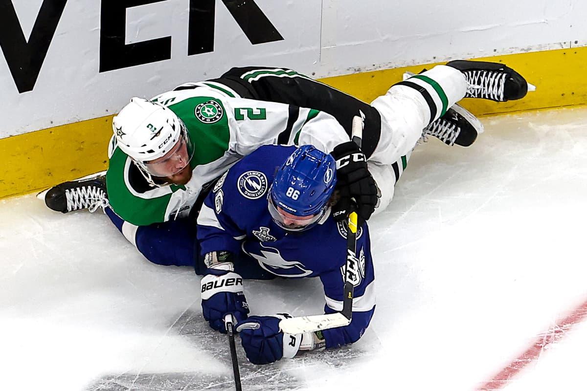 Dallasin Jamie Oleksiak ja Tampa Bayn Nikita Kutsherov taistelevat kiekosta