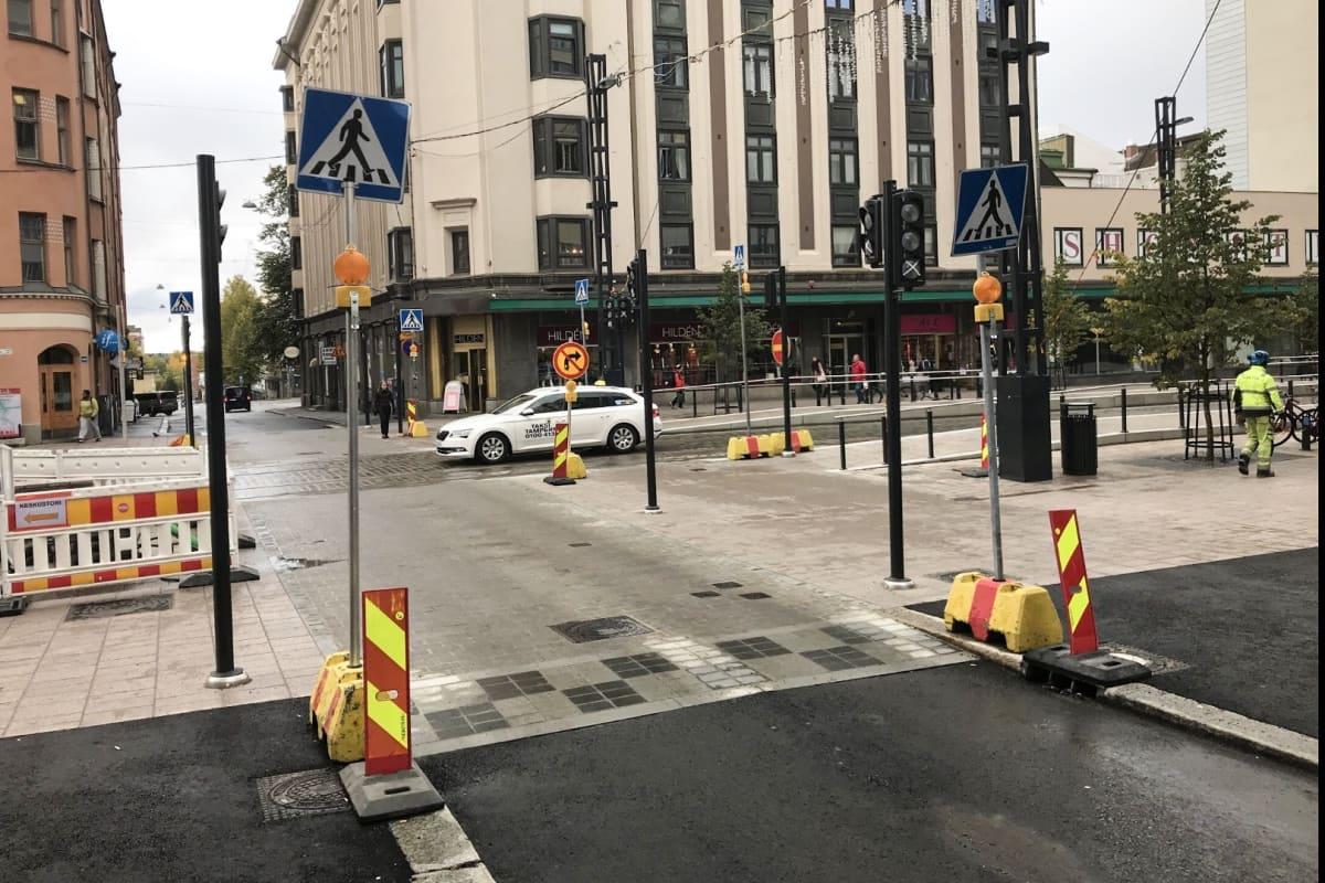 Suojatie Hämeenkadun ja Näsilinnankadun välisessä risteyksessä.
