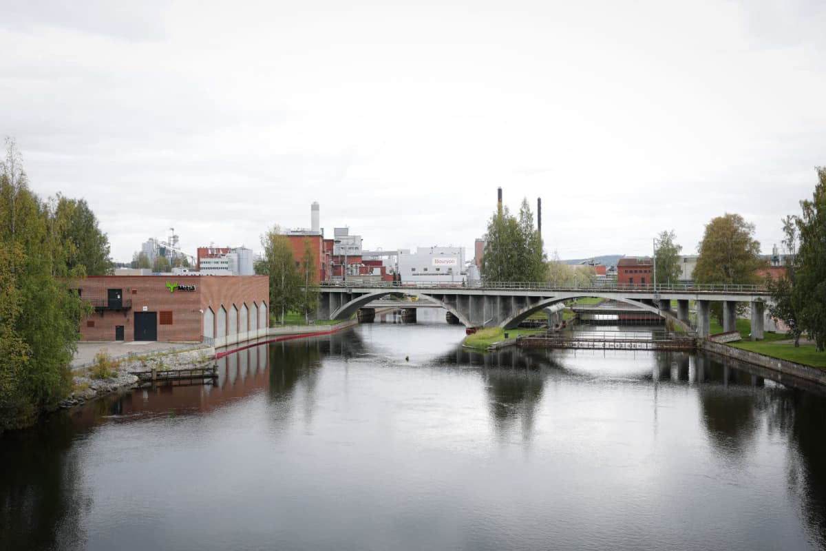 Näkymä Metsä Groupin tehdasalueelle yli Äänejärven.
