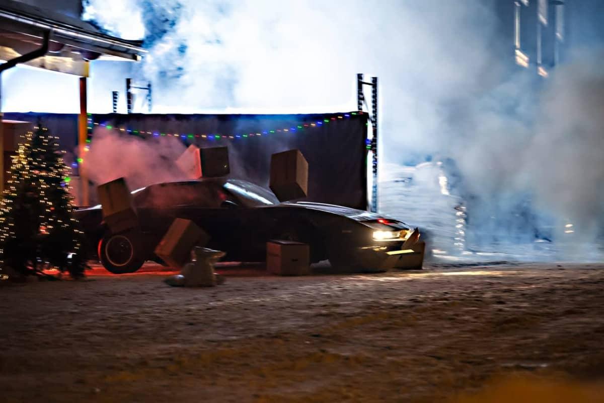 Auto lavasteiden ja savun keskellä elokuvan kuvauksissa.