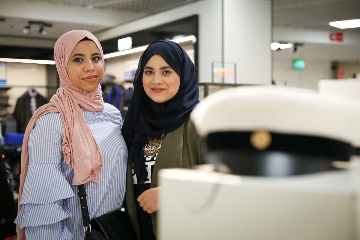 Ylioppilaat Aya ja Hala odottavat Ramadania, vaikka eivät pääse herkuttelemaan lakkiaisissaan ...
