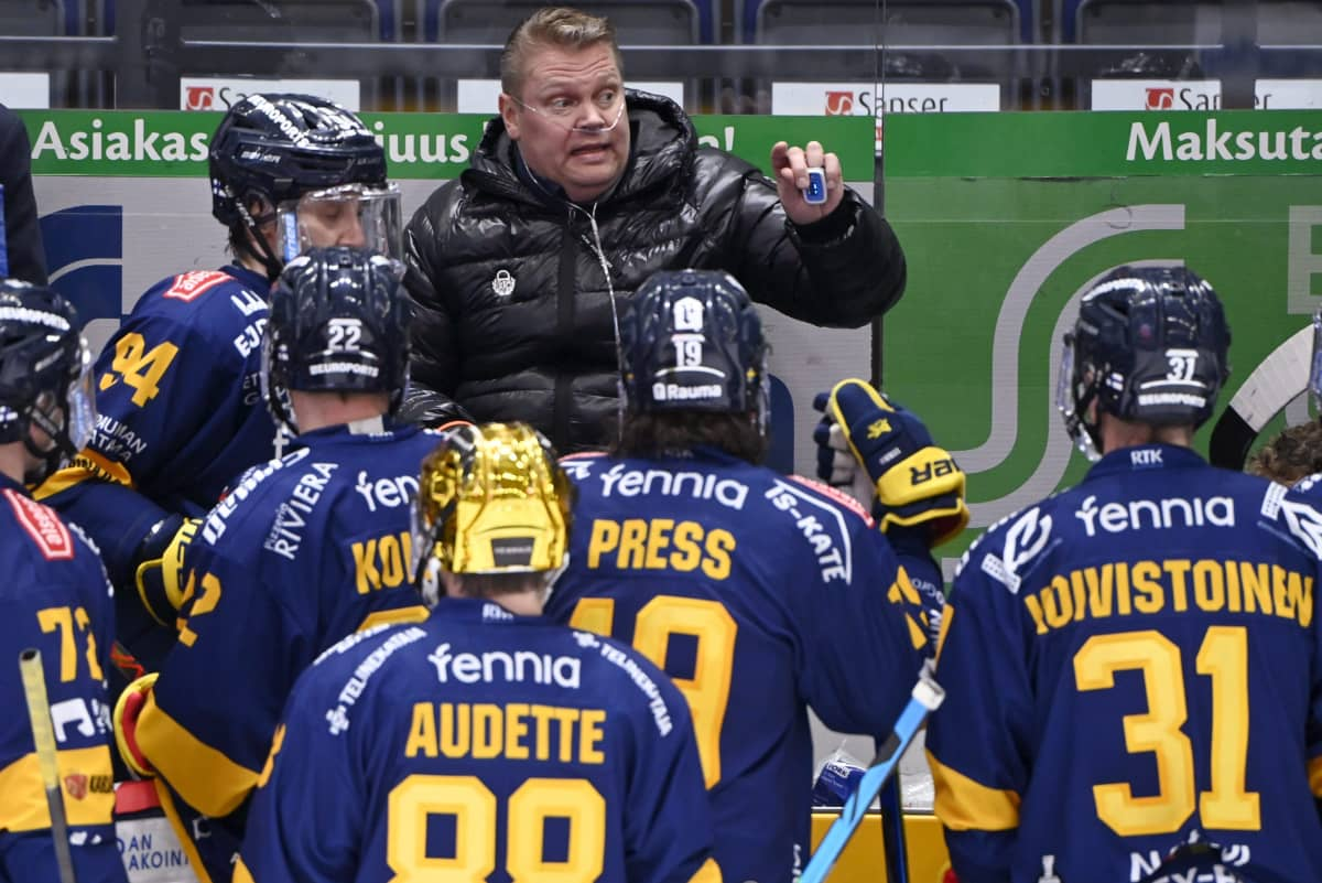 Koronaviruksesta toipuva Lukon päävalmentaja Pekka Virta ohjeistaa pelaajia finaalisarjassa