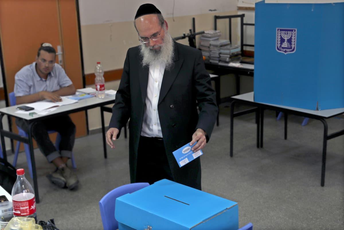 Ortodoksijuutalainen äänesti syyskuun parlamenttivaaleissa Bnei Brakissa, lähellä Tel Avivia. Jos Israel ajautuu uusiin vaaleihin, kyseessä ovat jo kolmannet alle vuoden sisällä.