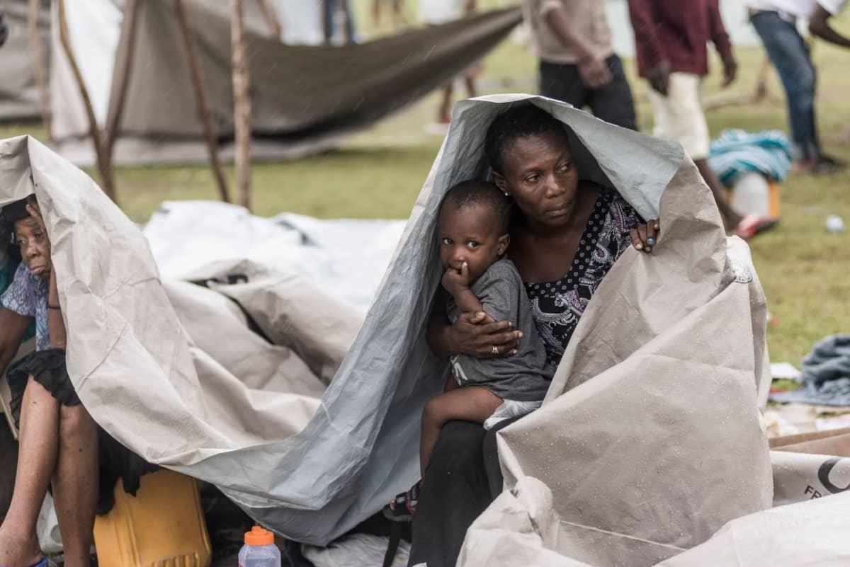 Kotinsa maanjäristyksessä menettäneitä ihmisiä Les Cayesissa, Haitissa.